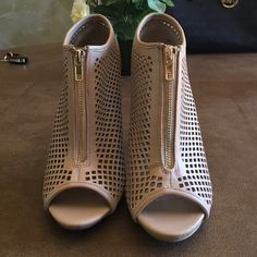 Steve Madden heels Tan Steven madden heels only worn a few times so nearly perfect condition! Steve Madden Shoes Heels