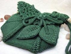 Зеленая вязаная сумочка с листиками