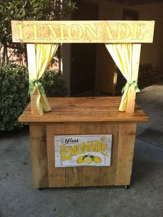 let the kids run a lemonade stand to earn some cash or collect donations for a good cause.♥