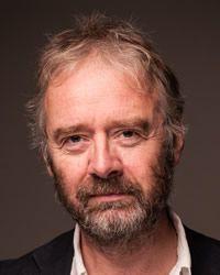 PIN 2 - Dit is Paul Dowswell. Hij is in 3 september 1957 geboren in Chester, Engeland. Hij heeft al meer dan 60 boeken geschreven. Zijn boeken gaan voooral over verzonnen verhalen  uit de geschiedenis. hij gaat soms langs op scholen in Engeland, vooral scholen met kinderen de schrijven.