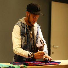 "dsjneymar: ""Neymar signing t-shirts for the fans just before last night's match with PSG "" Neymar Jr, Good Soccer Players, Football Players, Neymar Brazil, Football Is Life, Fan Shirts, World Cup 2014, Play Soccer, Fc Barcelona"
