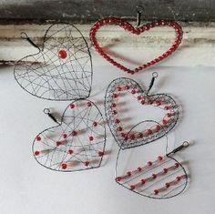 Drôtované srdiečka s korálikmi na rôzne spôsoby. / wire and bead hearts Wire Crafts, Metal Crafts, Jewelry Crafts, Valentine Crafts, Holiday Crafts, Valentines, Wire Wrapped Jewelry, Wire Jewelry, Jewellery