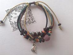 Pulsera de cuero y cordón con nudo corredizo, abalorios de colores y charm plateado pie.