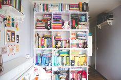 O quarto da Mel é tão fofo! Gostaria de ter uma estante linda como essa! ❤️ // Melina's room is so cute! I would like to have a beautiful bookshelf like hers! ❤️ // Blog da Mel: www.melinasouza.com // Melina's blog: www.melinasouza.com