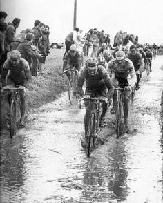 Parigi-Roubaix 1985, 14 aprile. In un fiume di fango Eddy Planckaert (1958) guida il gruppo davanti a Francesco Moser (1951). Seminascosti seguono Greg LeMond (1961) e Sean Kelly (1956)