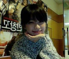 Actress Han Hyo Joo finishes her fan chat session with a selca