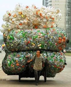 el residuo es arte puro!   http://news.nationalgeographic.com/news/bigphotos/images/060224_bottled_water_big.jpg