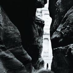 Annie Leibovitz Susan Sontag, Petra, Jordan, 1994.
