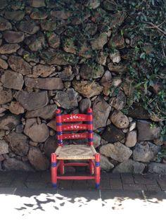 Silla y muro de piedra