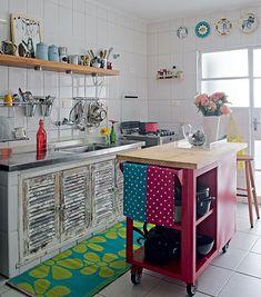 bancada móvel e armário embutido de cozinha que substitui cortina