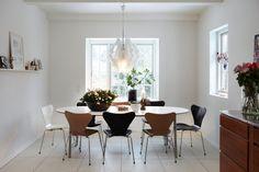 """La Série 7, de Arne Jacobsen, es una de las sillas más vendidas en todo el mundo. La complejidad del modelado del asiento y del respaldo como única pieza fue un concepto innovador para el mundo de las sillas. Su versatilidad y estilo convierten a """"Série 7"""" en una silla de vanguardia, que se destaca en cualquier ambiente."""