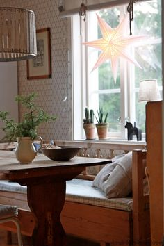 nordingården får oss alla att kasta ut köksinredningen för att kunna få plats med en kökssoffa!  Tapet - Kjellbergskagården, Gammelsvenska