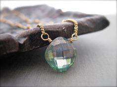 He encontrado este interesante anuncio de Etsy en https://www.etsy.com/es/listing/151513023/green-quartz-solitaire-necklace-in-14k