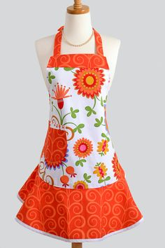 Love this apron.fit and fabric choice! Fabric Crafts, Sewing Crafts, Sewing Projects, Cool Aprons, Sewing Aprons, Aprons Vintage, Retro Apron, Apron Designs, Kitchen Aprons
