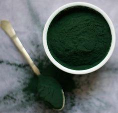 Chlorella: alga microscopică, cu proprietăți nutriționale deosebite, bogată în vitamine și săruri minerale în concentrație uimitoare. Dacă sunteți în căutarea unui supliment alimentar care să conțină tot ce e mai bun, atunci chlorella ar putea fi cea de care aveți nevoie. Fie că e vorba despre un conținut bogat în proteine, fie în vitamine, această algă verde vă poate satisface pe deplin necesitățile, incluzând-o printre suplimentele dvs. alimentare de zi cu zi. Ice Cream, Tableware, Desserts, Food, Seaweed, Green, No Churn Ice Cream, Tailgate Desserts, Dinnerware