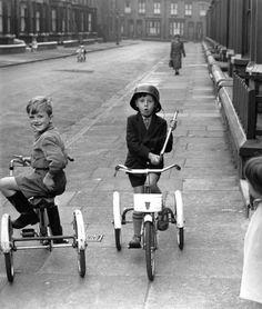 Bike-Boys . Chicos jugando con sus triciclos , antes que se inventara la play station . . .