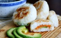 Onigiri (rice balls) are a popular snack in Japan, and they .- Onigiri (rice balls) are a popular snack in Japan, and they are extra delicious when pan-fried and filled with sweet potato and avocado! Vegan Japanese Food, Japanese Rice, Japanese Recipes, Japanese Vegetarian Recipes, Vegetarian Barbecue, Japanese Sweets, Vegetarian Cooking, Rice Recipes, Veggie Recipes