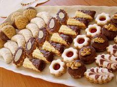 Po celý adventní čas bývá pořad Kuchařské čarování zaplněn nejrůznějšími tipy na vánoční cukroví. Kulinář Petr Stupka má několik osvědčených rodinných receptů, na které nedá dopustit a o které se dělí i s posluchači. Christmas Sweets, Christmas Baking, Eid Sweets, Cookie Recipes, Dessert Recipes, Eid Food, Candy Drinks, Biscotti Cookies, Small Desserts