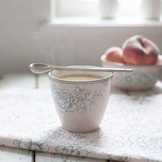 Pora na latte 😀. Coś lenistwo mnie dopada 😊#kredensbabciheli #greengatelove #@bellissimowebshop #greengateofficial #greengatelove #greengate #mygreengatemoment #pretty #caffelatte #ilovecoffee #coffelovers #coffeetime #przerwawnakawe #kawa #caffebreak #kawusia #lattecup #latte #cup #
