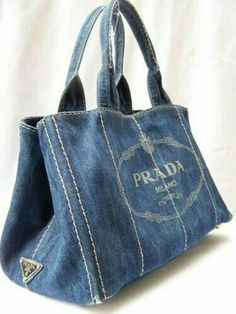 Chic Bag Made of Old Jeans – DIY A short and sweet tutorial on how to turn a pair of old denim jeans into a nice purse or tote bag. Never throw away old jeans you have in your closet. You can reuse them and create beautiful accessories like this bag tha My Bags, Purses And Bags, Diy Jeans, Denim Ideas, Denim Crafts, Recycled Denim, Fabric Bags, Fabric Scraps, Handmade Bags