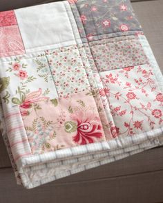 Rosa und grauen Kindergarten Baby Mädchen Quilt Handarbeit image 4 baby quilts shower gifts Pink and Grey Nursery Baby Girl Quilt Handmade Quilt Baby, Colchas Quilt, Baby Quilt Patterns, Baby Girl Quilts, Baby Girl Blankets, Girls Quilts, Crib Quilts, Quilting Patterns, Embroidery Patterns