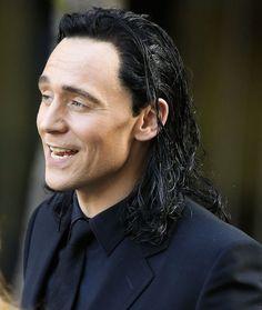 "Tom Hiddleston as ""Loki"" on the set of ""Thor: Ragnarok"" in Brisbane, Australia on 23.8.2016 From https://twitter.com/LokiMustKneel/status/768042206548598785"