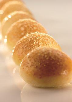 """Da """" Non solo zucchero """" Vol II Panini alle patate Ingredienti  per la biga farina bianca 00 W 280-320 P/L 0,55 g 500 acqua g 250 lievito di birra g 5 zucchero g 5  Procedimento In una bacinella della planetaria con il gancio, preparare l'impasto con farina, acqua, zucchero e lievito. Il …"""