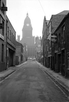 Old Pictures, Old Photos, Grey Wallpaper Iphone, Leeds City, Industrial Architecture, Barnsley, West Yorkshire, Town Hall, Where To Go