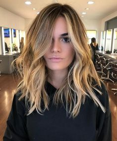 51 Alluring Medium Length Hairstyles & Haircuts for Women to Try Mittellange / Mittellange Frisuren Haircuts For Medium Hair, Medium Hair Cuts, Long Hair Cuts, Hairstyles Haircuts, Cool Hairstyles, Medium Length Hair Blonde, Mid Length Hairstyles, Medium Balayage Hair, Mommy Haircuts