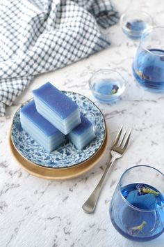 A popular Malaysian layered kuih with a vibrant blue colour using blue butterfly pea flower. Get this recipe for blue Kuih Lapis. Recipe by Asian Inspirations. Blue Desserts, Asian Desserts, Sweet Desserts, Tea Recipes, Dessert Recipes, Thai Dessert, Blue Food, Flower Food, Aesthetic Food