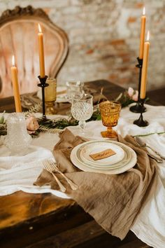warm-toned wedding table décor ideas for fall #wedding #weddings #weddingideas #weddingdecor #weddingtabledecor #weddingcenterpiece #fallwedding #fallwedding