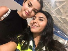 June Selena Gomez with some fans at the airport of Puerto Vallarta, Mexico. Puerto Vallarta, Vallarta Mexico, Selena Gomez With Fans, Selena Gomez Style, Forever Girl, Marie Gomez, Her Style, Love Her, Cool Photos