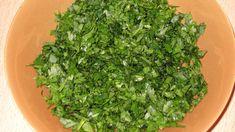 De cele mai multe ori folosim patrunjelul in cantitati reduse si il adaugam in mancare la final, pentru un plus de gust. Stiati insa ca are o serie de beneficii uimitoare, pe care putina lume le stie? Patrunjelul este extrem de bogat in vitamina C, curata rinichii, ajuta ficatul sa se regenereze si stabilizeaza tensiunea. … More Seaweed Salad, Parsley, Spinach, Cancer, Herbs, Vegetables, Ethnic Recipes, Food, Anorexia