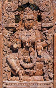 Statue en bois de la déesse hindoue Lakshmi.