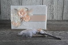 Livre d'or mariage satin dentelle ivoire fleurs corail Pen Sets, Ivory Wedding, Lace Weddings, Ivoire, Handmade Flowers, Wedding Guest Book, Colorful Flowers, Feather, Satin