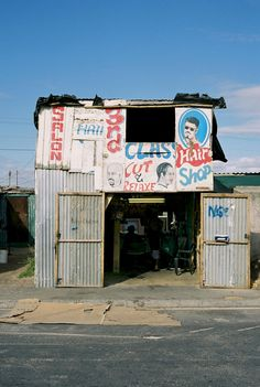 South African Barbershop via Messy Nessy Chic. African Hair Salon, Printed Matter, Photo Story, Slums, Hand Painted Signs, African Art, African Style, Barber Shop, Cape Town