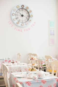 English Afternoon Tea My shop could look like this. Simple, yet feminine. - can shit on table or can sit down ( the building can have 2 floors to serve what ppl want) Vintage Tea Rooms, English Afternoon Tea, Cupcake Shops, Afternoon Tea Parties, Rose Tea, Tea Art, Tea Cakes, My Tea, Cafe Restaurant