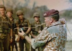 Peter McAleese former SAS and Rhodesian SAS here shown giving instruction to South African troops as part of the elite Pathfinders paratrooper unit Military Special Forces, Military Life, Military History, Military Weapons, Airborne Army, Union Of South Africa, South African Air Force, South Afrika, Troops