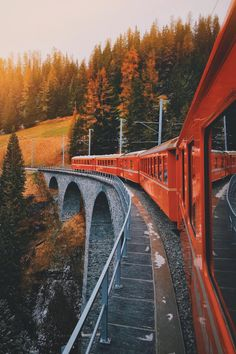 This train reminds me of the Hogwarts Express Art It, Haunted Tree, Bernina Express, Nature Photography, Travel Photography, Landscape Photography, Autumn Day, Autumn 2017, Photo Instagram