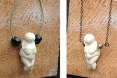 Colgante en hueso (son dos tallas distitas), talla venus de Willendorf, estatuilla antropomorfa femenina encontrada en Austria, periodo paleolitico 28000-25000 a.c., representa la madre, la fecundidad. 25€ #paleolitico #simbologia #talla