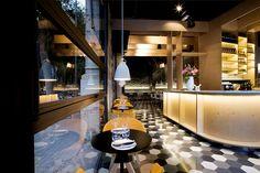 Saboc: entorno nórdico y cocina minimalista en el nuevo epicentro del barrio del Born. | diariodesign.com. Restaurant interior brick colors wood Lighting Lamps.
