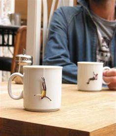 Creative cut-out images of people doing outdoor sports were attached to the strings of herbal tea bags at the House Café in Istanbul, Turkey PD Clever Packaging, Tea Packaging, Food Packaging Design, Pretty Packaging, Design Thinking, Cafe House, Guerilla Marketing, Tea Art, Creative Advertising