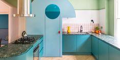 ¡Es imposible no sentir un subidón de energía al ver las fotos de esta casa! Diseñada para una joven familia de cuatro miembros, esta cocina es una explosión de color y alegría, con un diseño claramente moderno.#CocinasModernas #CocinasconColor #CocinasBonitas #CocinasActuales
