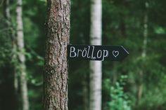 Bröllopsskyltar - Bröllop i skogen - Bröllop i lada - Romantiskt och lantligt bröllop i Sverige, Fotograferat av Bröllopsfotograf Beatrice Bolmgren
