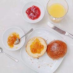 """Guten Morgen! Ich bin ja ein ganz großer Freund von selber gebackenen Brötchen. Heute gibt es Milchbrötchen bei uns. Der Teig sollte schon am Vorabend zubereitet werden - dafür habt ihr am nächsten Morgen aber ein fantastisches Frühstück. Rezept gibt es auf dem Blog - in der Kategorie """"Frühstück""""! #brötchen #buns #Frühstück #breakfast #morning #homemade #fresh #foodblogger #foodphotography #backen #baking #instbreakfast #weekend #wochenende #foodblog #brunch #gutenmorgen…"""