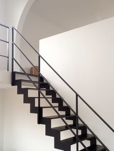 Zwarte stalen trap tussen 2 muren met ledverlichting metalen trappen pinterest met - Trap binnen villa ...