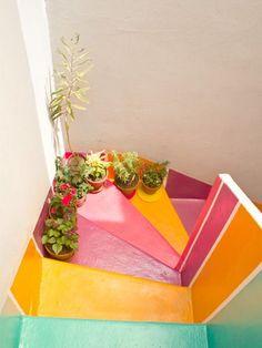 les murs blancs // les couleurs lumineuses dans l'escalier // l'ensemble de plantes vertes