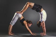¡Quiero hacerlas YA! Sobre todo la #3...Acroyoga es el nombre que se la da al ejercicio acrobático en pareja. Algunas de estas posiciones son un poco graciosas y circenses. Pero no las subestimes: te aseguro que van a necesitar de mucha más fuerza de la que imaginás. ¡Eso sí que es un buen eje