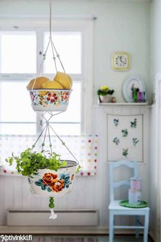 34 vintage kitchen design and decoration ideas that pass the test .- 34 Vintage-Küchendesign- und Dekorationsideen die den Test der Zeit bestehen … 34 vintage kitchen design and decoration ideas that stand the test of time - Boho Deco, Deco Boheme, Granny Chic Decor, Hanging Fruit Baskets, Picnic Baskets, Fruits Basket, Vintage Bowls, Vintage Metal, Style Vintage