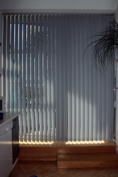 Auch praktisch - ein Lamellenvorhang an der Balkontür der Küche